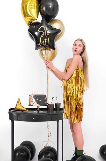 """Kobieta z czarnym balonem z napisem """"sto lat"""""""