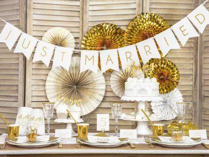 Rozwieszony nad stołem biały baner just married