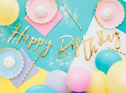 """Złota girlanda z napisem """"Happy Birthday"""" i ciasteczka"""
