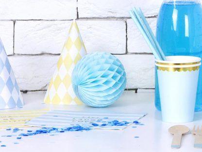 Błękitna kula z bibuły i inne dekoracje