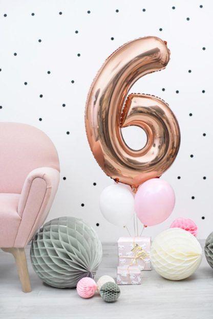 Szare i białe kule z bibuły oraz balon foliowy w kształcie cyfry 6
