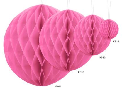 Różowe kule z bibuły w różnych rozmiarach