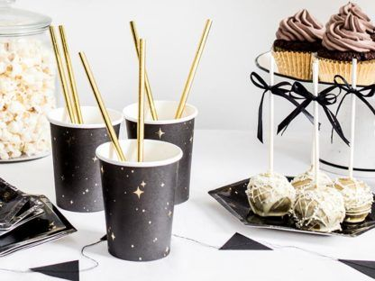 Czerne kubeczki w gwiazdki i słodycze