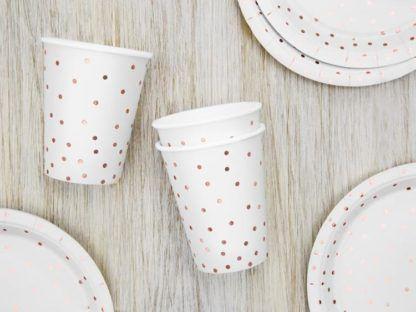 Białe talerzyki i kubki papierowe w kropki