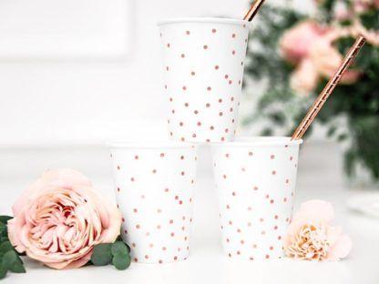 Białe kubki papierowe w różowe kropki