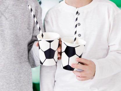 Chłopcy z papierowymi kubeczkami z motywem piłki nożnej