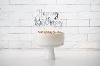 Srebrny topper na torcie urodzinowym