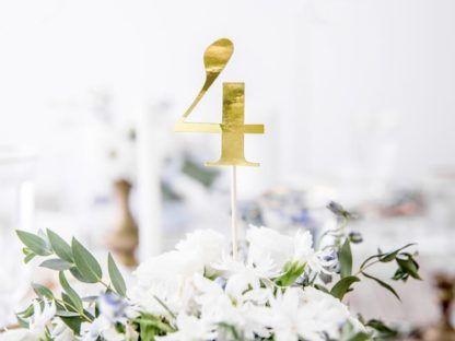 Złota 4 na patyczku w kwiatach
