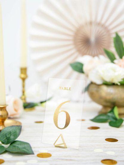 Transparentny numer 6 na stole