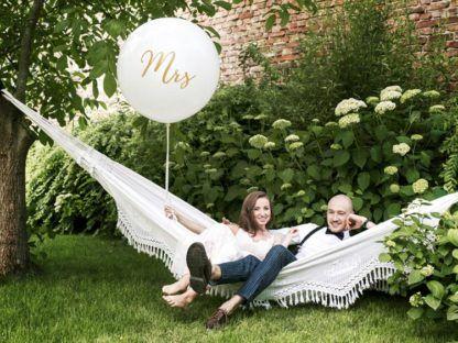 Para młoda z białym balonem ze złotym napisem Mrs