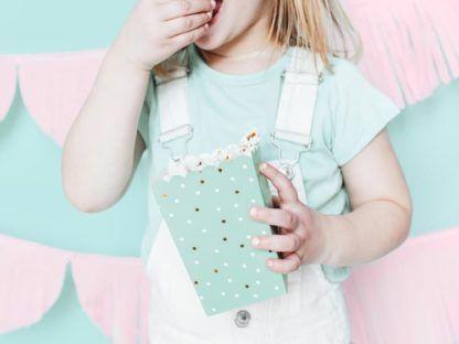 Dziewczynka z miętowym pudełeczkiem na popcorn