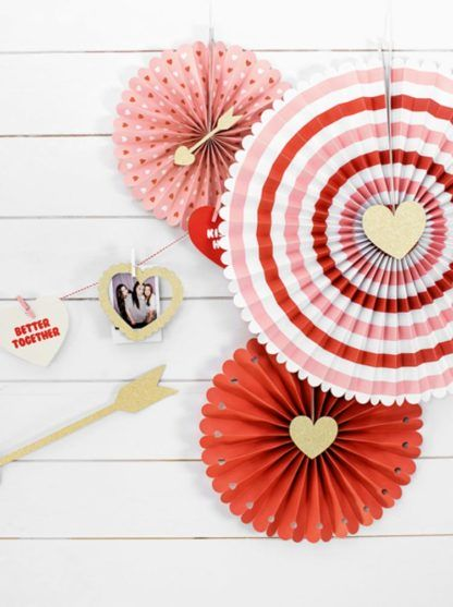 Czerwono-białe rozety dekoracyjne