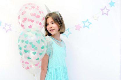 Dziewczynka z balonami lateksowymi w serduszka