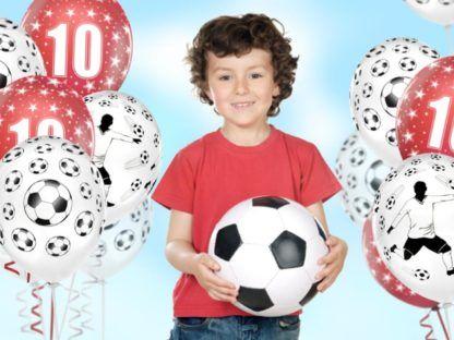 Chłopiec w otoczeniu balonów z motywem piłki nożnej