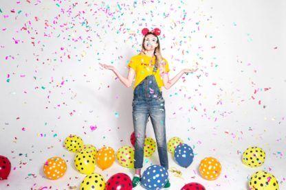 Kobieta w otoczeniu balonów lateksowych