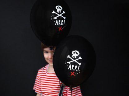 Chłopiec z czarnymi balonami z motywem pirackim