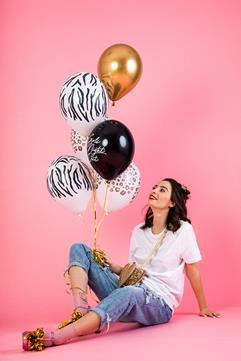 Kobieta z zestawem balonów lateksowych