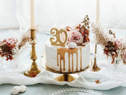 Tort ze świeczką w kształcie liczby 30