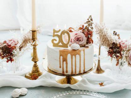 Tort ze świeczką w kształcie liczby 50