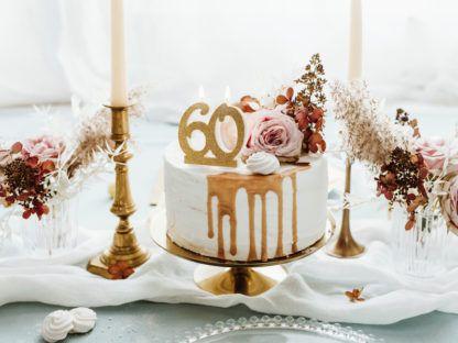 Tort ze świeczką w kształcie liczby 60