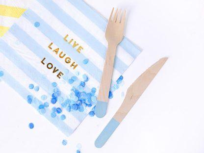 Drewniane sztućce na niebieskiej serwetce