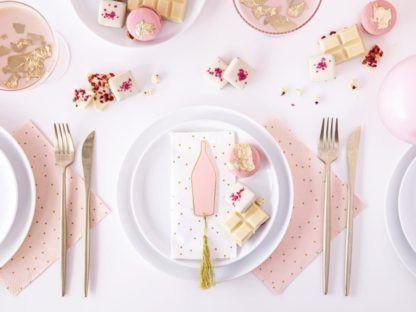 Dekoracja stołu z serwetkami w kropki