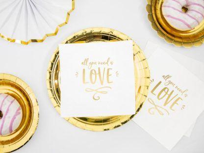 Dekoracje z białymi serwetkami ze złotym napisem