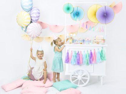 Kolorowe dekoracje i dwie małe dziewczynki