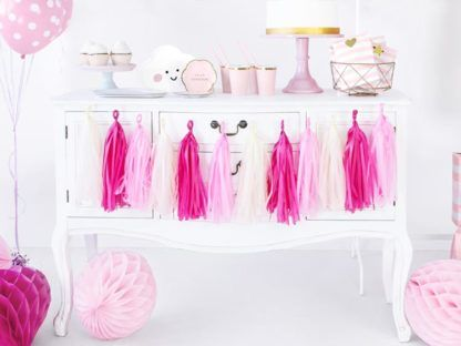 Girlanda z różowych frędzli na szafce