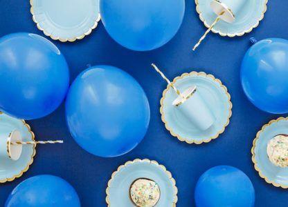Niebieskie balony, talerzyki i kubeczki