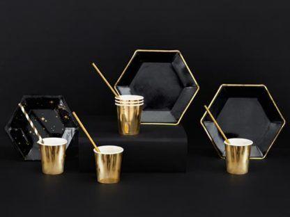 Czarne talerzyki i złote kubeczki papierowe