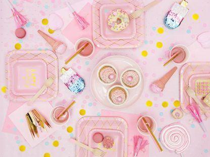 Różowa dekoracja urodzinowa
