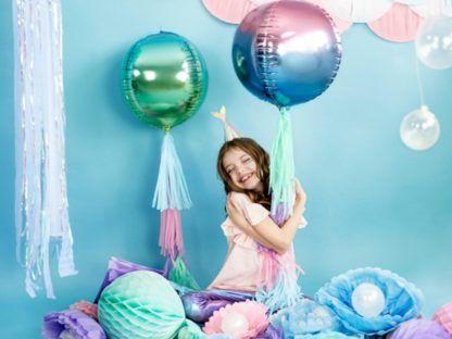 Dziewczynka z balonami foliowymi w kształcie kul