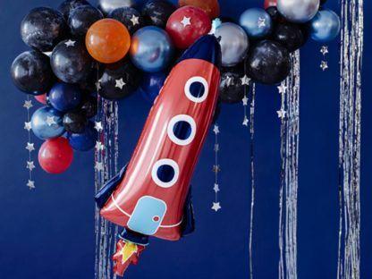 Balon foliowy w kształcie rakiety i mniejsze baloniki kolorowe