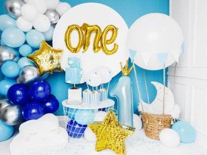 """Złoty balon foliowy z napisem """"one"""" i niebieski balon foliowy w kształcie cyfry 1 z koroną"""