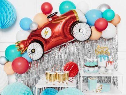 Balon foliowy w kształcie czerwonego samochodu i inne kolorowe balony