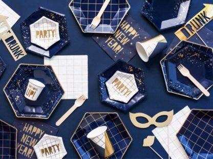 Zestaw papierowych talerzyków, kubeczków i rurek