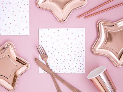 Biała serwetka w różowe kropki i różowe dekoracje