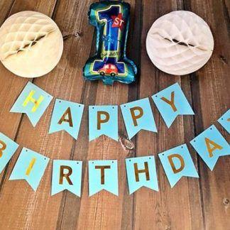 Niebieski baner z balonem foliowym w kształcie cyfry 1 i kulami z bibuły