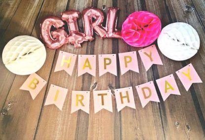 Różowy baner z balonami foliowymi i kulami z bibuły