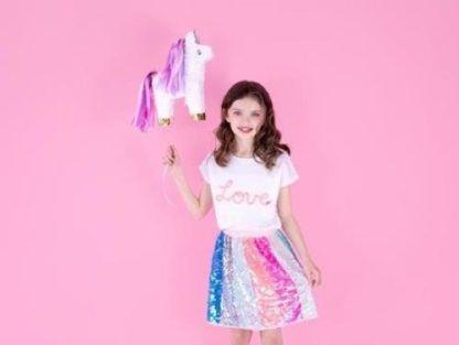 Dziewczynka z piniatą w kształcie jednorożca