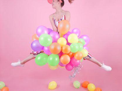 Kobieta z neonowymi balonami lateksowymi