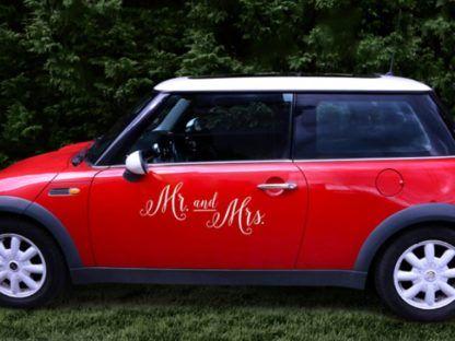Białe naklejki na samochód dla pary młodej naklejone na drzwiach auta