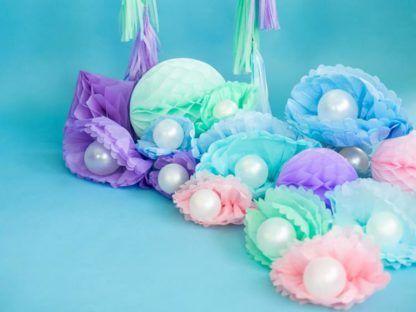 Kolorowe kula z bibuły i białe balony