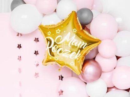 """Złoty balon w kształcie gwiazdki z napisem """"mam roczek"""" i różowe balony foliowe"""