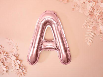 Różowe złoto balon foliowy w kształcie litery A na ścianie