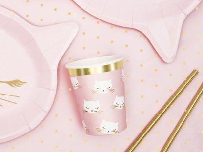 Różowe dekoracje papierowe w kotki