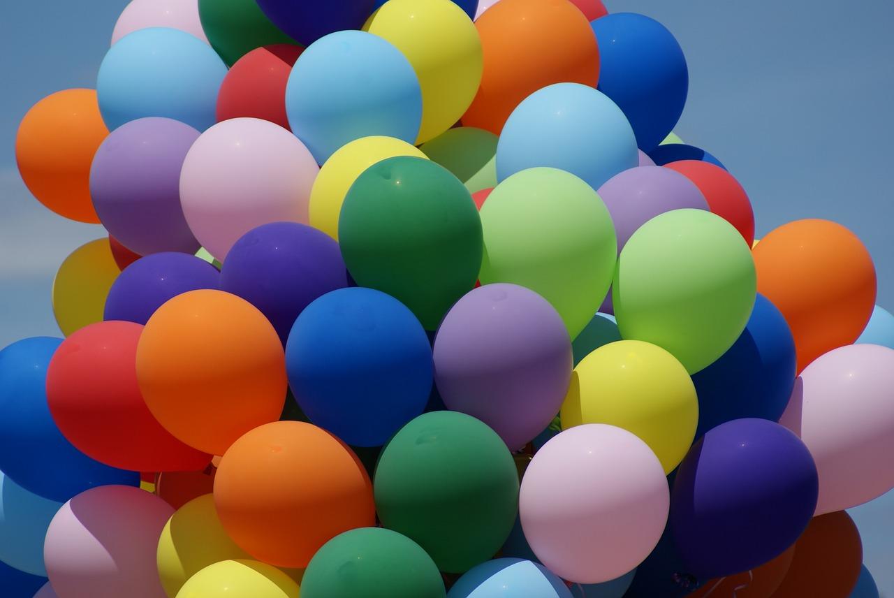 Kolorowe balony przymocowane do stojaka na balony